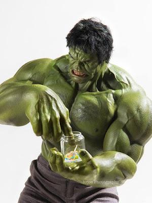 Susahnya kalau jadi Hulk ketika ingin permen. (boredpanda.com)
