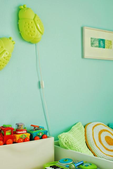 Värikäs lastenhuone - Turkoosi seinä ja Ikean ötökkälamput