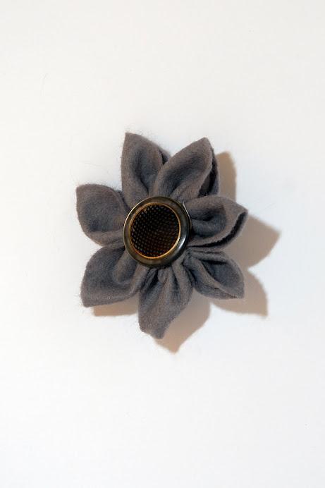 Spilla a fiore di stoffa con bottone