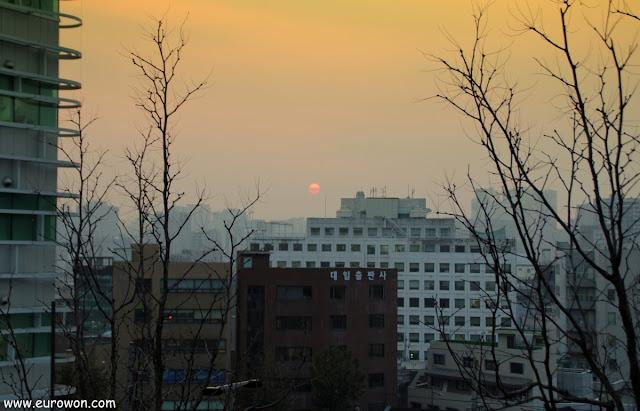 El sol sobre edificios de Seúl