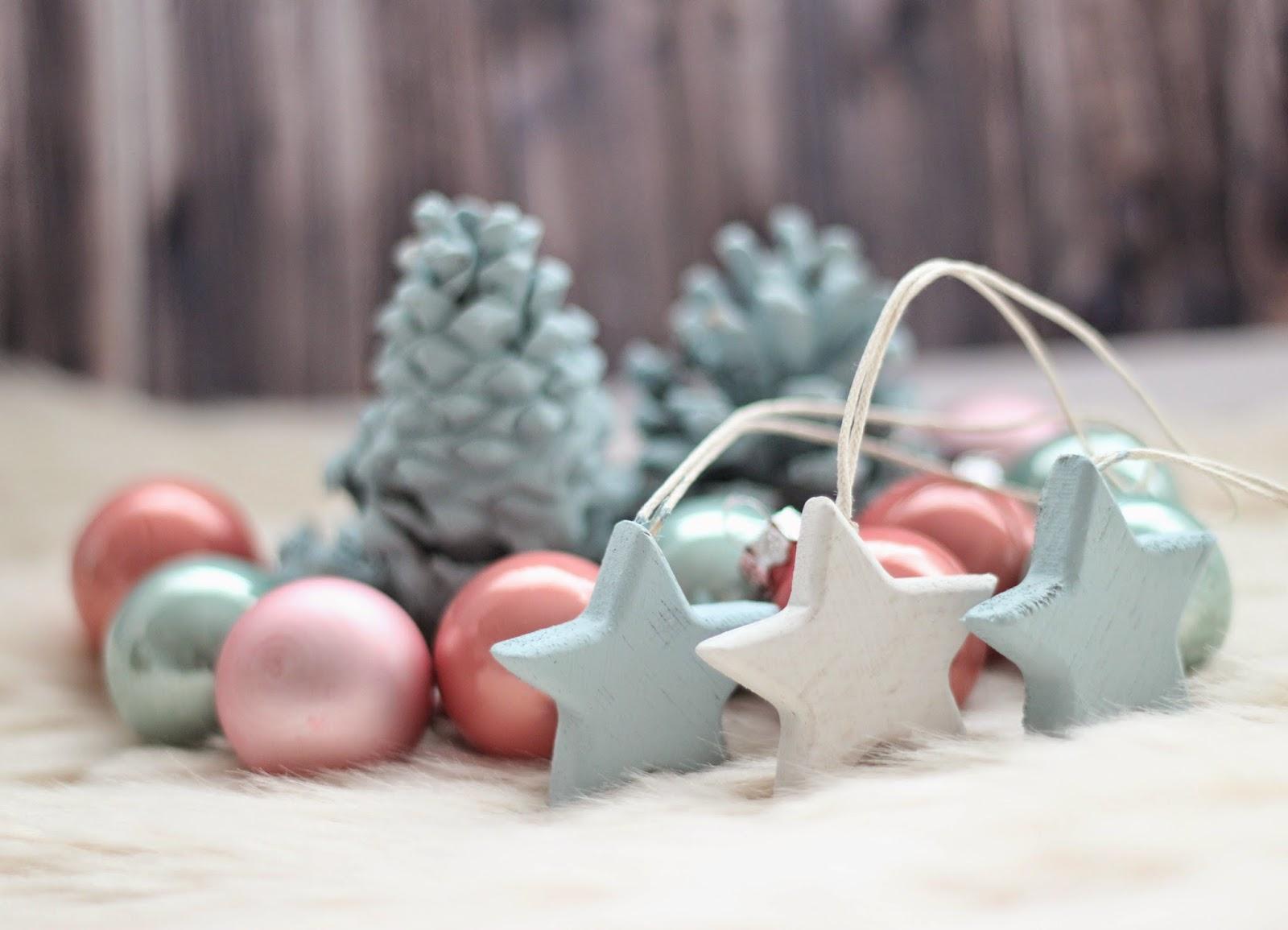 photo-deco-navidad-bolas-piñas_chalkpaint-estrellas-Sostrene-Grene