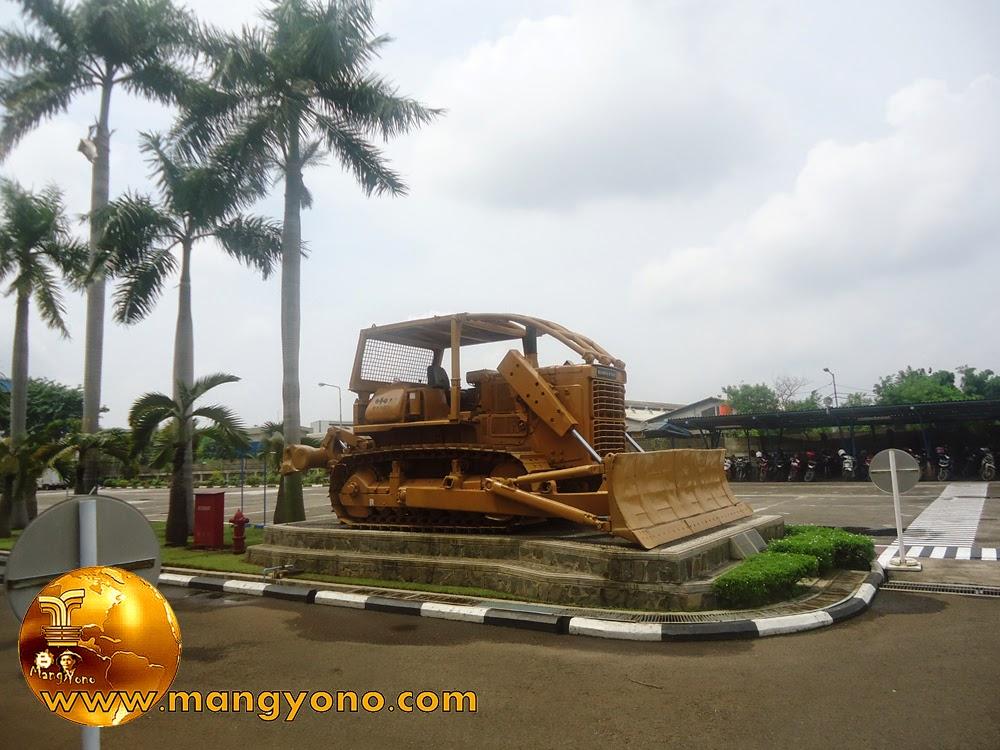 Monumen Buldozer Komatsu Indonesia di depan Kantor Komatsu Indonesia