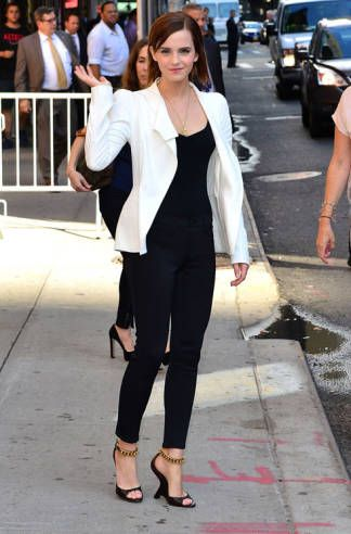 7 dias sete looks de Emma Watson - calças e camisa preta e casaco branco