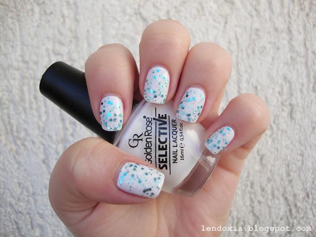 manikura tirkizni glittter na bijelom laku