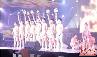 河南裸男扇子舞 - 河南某企業年會驚現裸男扇子舞 引發網友爭議