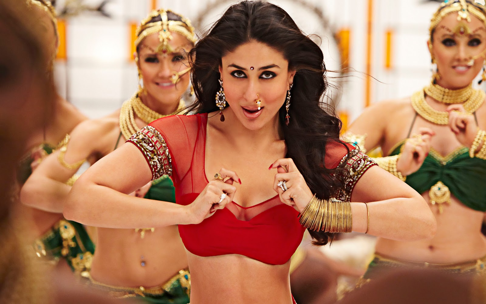 http://2.bp.blogspot.com/-lkVJ_6J838U/TqhZao9pXCI/AAAAAAAAAuI/-WQl22NCyN8/s1600/ra.one+movie+kareena+hd+wallpaper.jpg