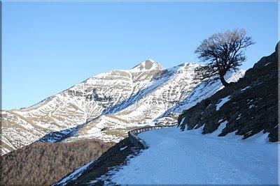 Un manto de nieve cubre la carretera
