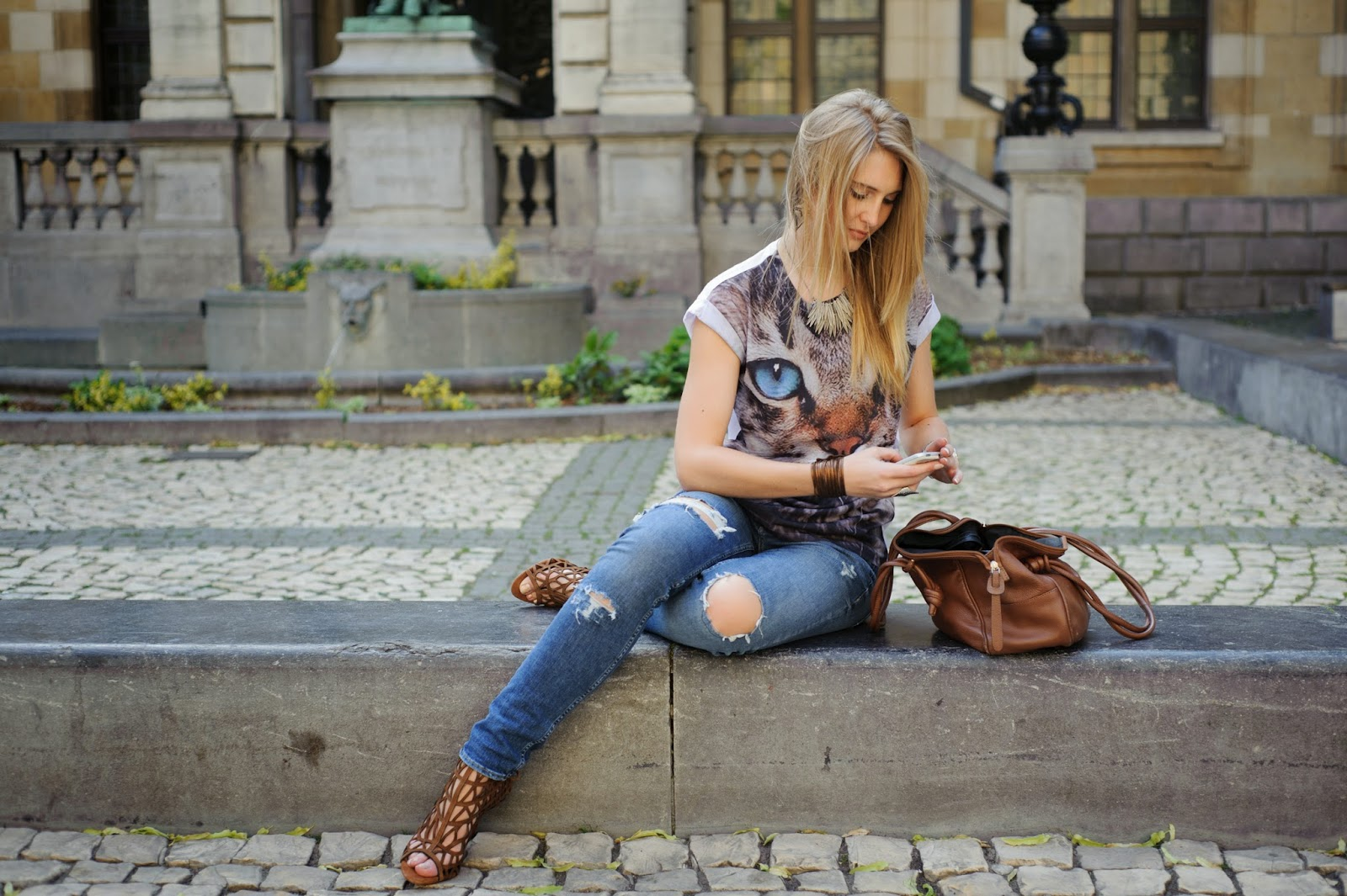 Outfit Cat t-shirt and ripped jeans Polished Cats