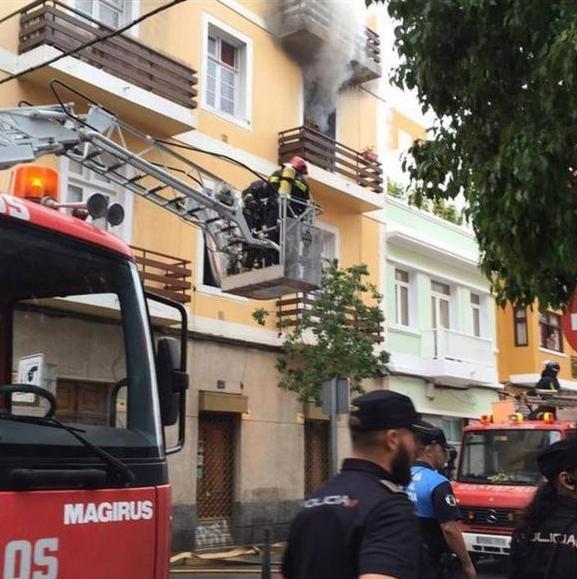 bomberos de las palmas rescatan de un incendio a una mujer desde un balcón