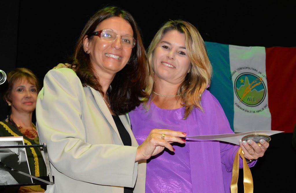 Teresa Dalmasso entregando o certificado da comenda à filha da juíza Inês Joaquina, Cassilda