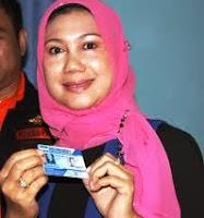 Ayuni Mirlina saat mendaftarkan diri jadi calon walikota melalui Partai Demokrat