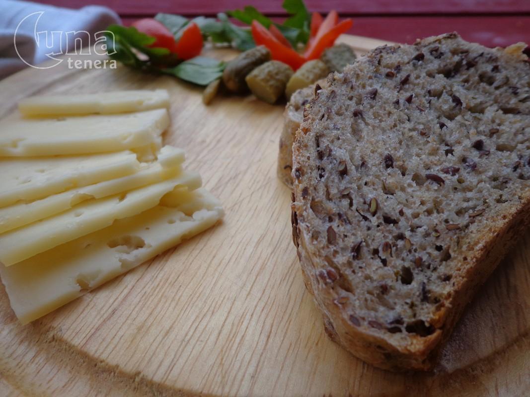 pane integrale con erba cipollina e semi di lino