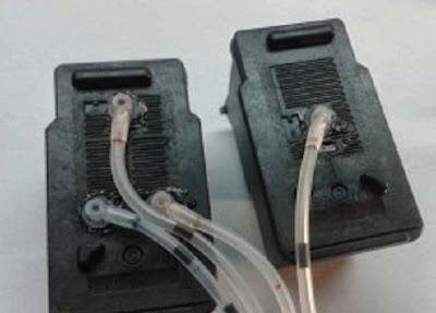cartuchos de tinta conectados a las mangueras