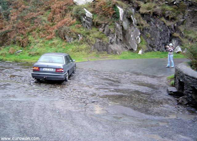 Río que cruza la carretera en la península de Dingle en Irlanda