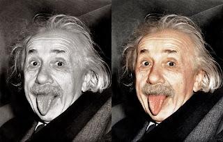 Foto Albert Einstein Menjulurkan Lidah