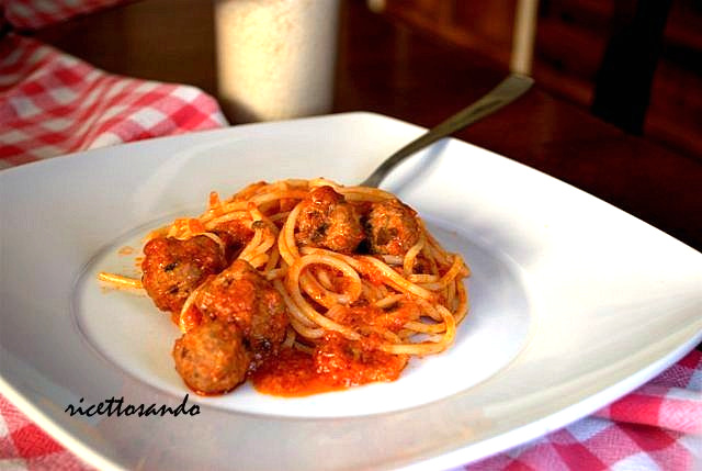 Spaghetti  con polpette  ricetta tradizionale di piatto unico