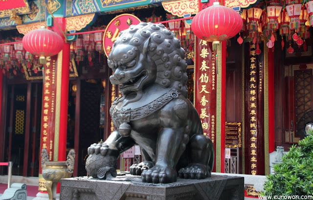 León en entrada del templo Wong Tai Sin de Hong Kong