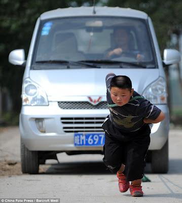 صيني يسحب سيارة اقوى صيني