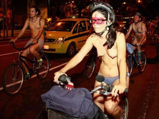 menina com biquinhos durinhos andando de bicicleta so de calcinha