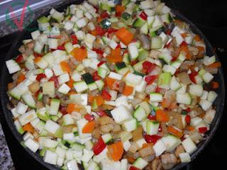 Verduras troceadas y en la sartén.