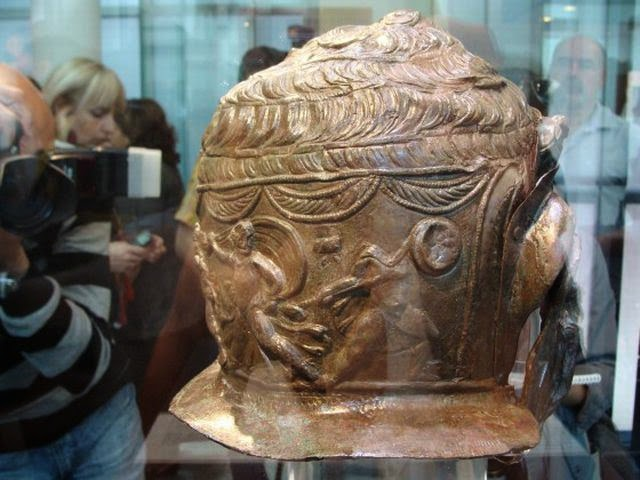 Μια άποψη από το πίσω μέρος του αρχαίου Θρακικού πόλεμος κράνος βρέθηκε σε Brestovitsa της Βουλγαρίας: μια σκηνή από την Trojar πόλεμο που απεικονίζει τη δολοφονία του γιου του Έκτορα Αστυάνακτα (Σκαμάνδριος) από τον γιο του Αχιλλέα Νεοπτόλεμο. Φωτογραφία: Plovdiv24