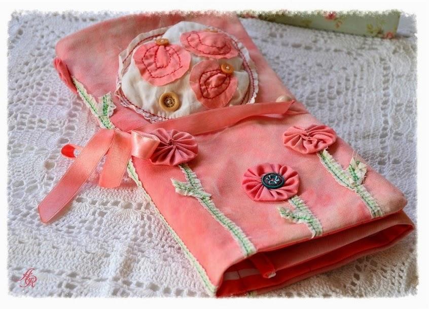 http://annarossfr.blogspot.fr/2013/03/rose-pochette-pour-ranger-vos-crochets.html