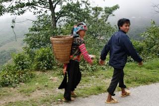 Locales portando comida de vuelta a casa.