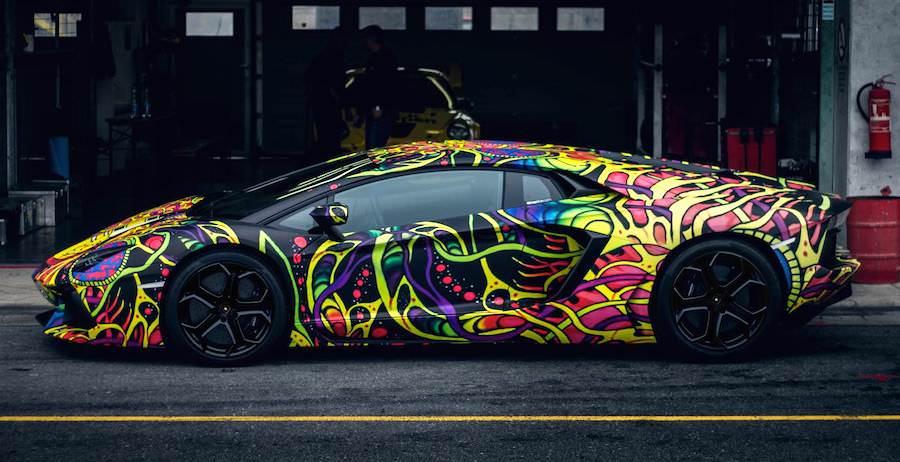 走るアート?目立ちすぎるカラーのランボルギーニ・アヴェンタドールがスゴい