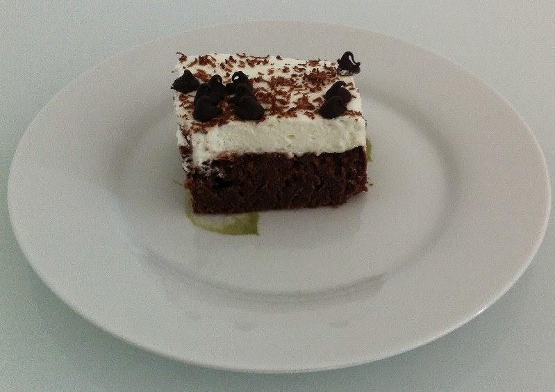 עוגת בראוניז שוקולד עם שקדים וקצפת