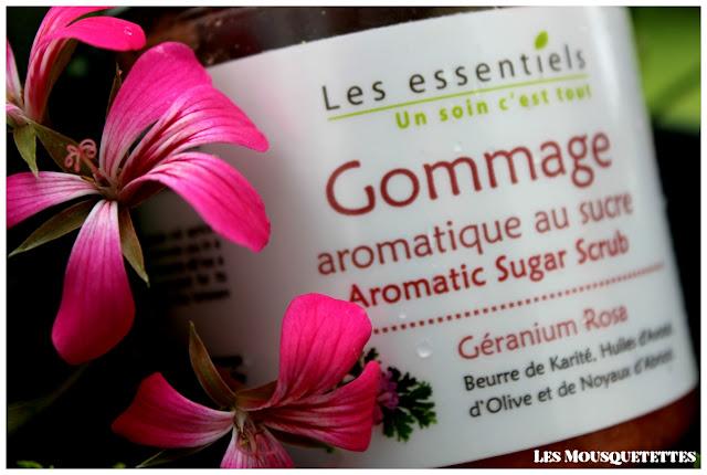 Gommage aromatique au sucre géranium Rosa Les Essentiels (mention Slow Cosmétique) - Les Mousquetettes©