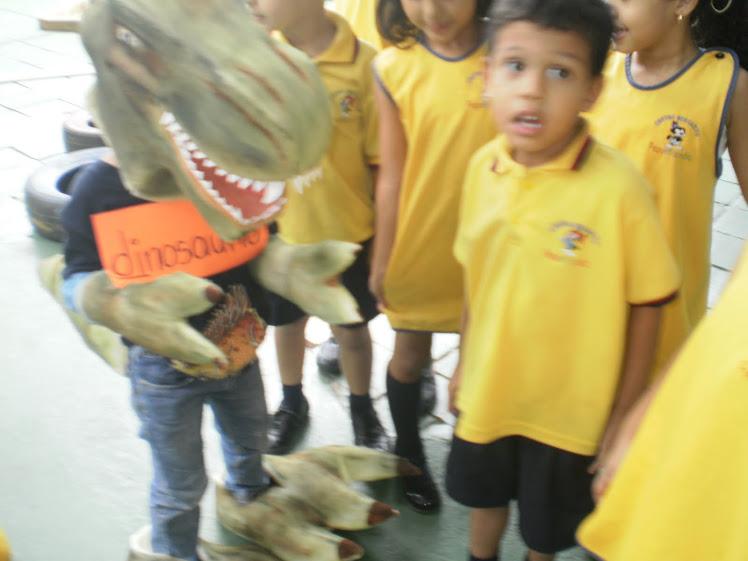 Jugando con el dinosaurio que inicia con el fonema d