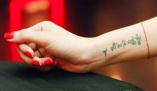 Mẫu hình xăm trên cổ tay ngón nhỏ đẹp cho nữ