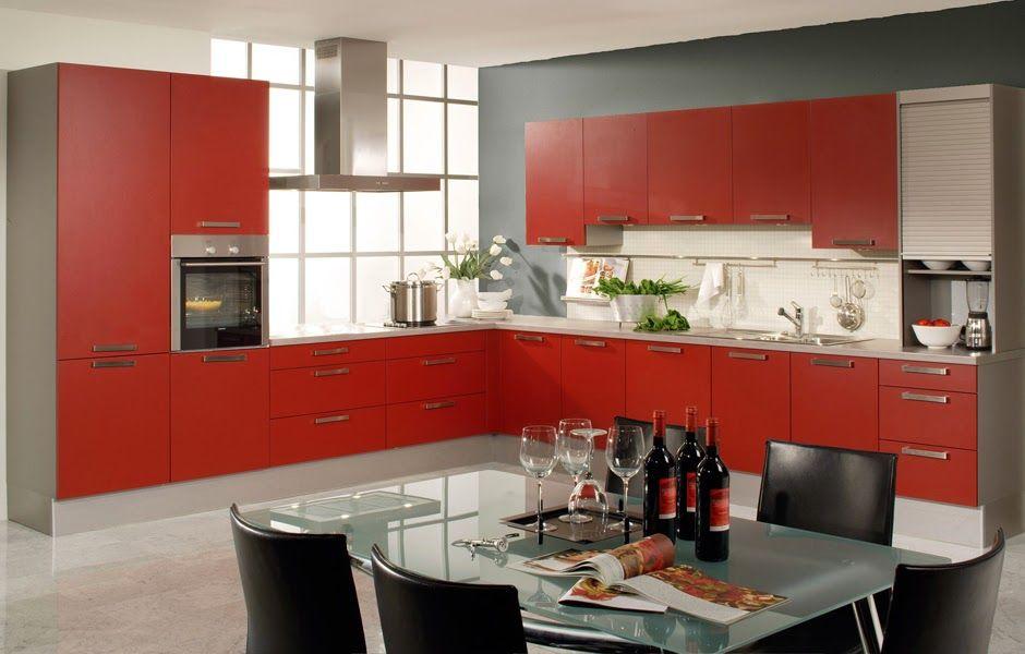 Cocina moderna muy elegante con gabinetes en rojo y paredes grises Un