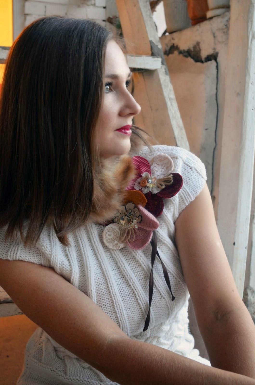цветок, цветы, брошь, вязаное платье, красивая девушка