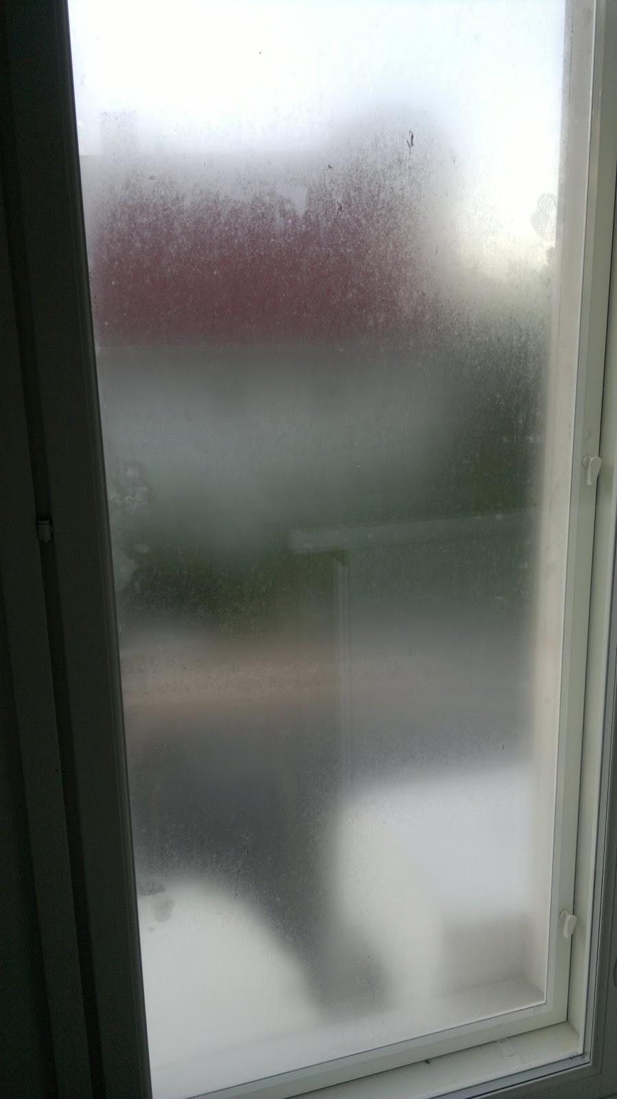 Miksi ikkunat huurtuu ulkoapäin