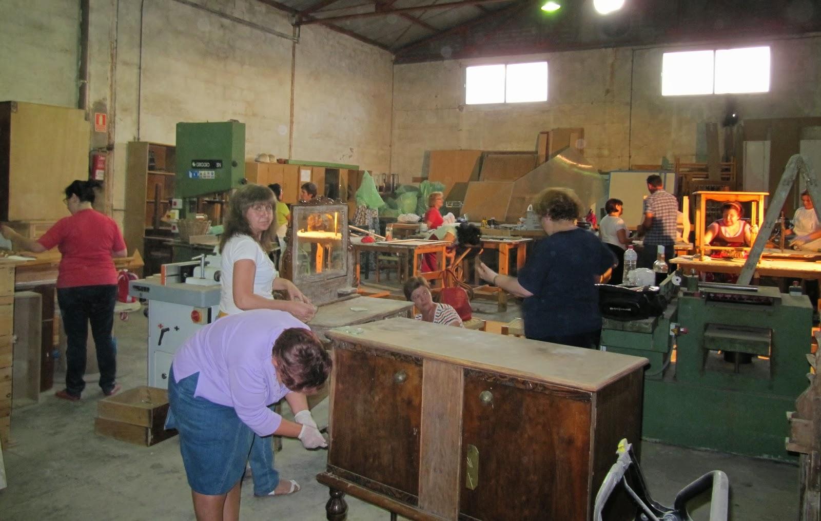Onda menc a radio mujeres restauran muebles antiguos en for Reparacion de muebles antiguos