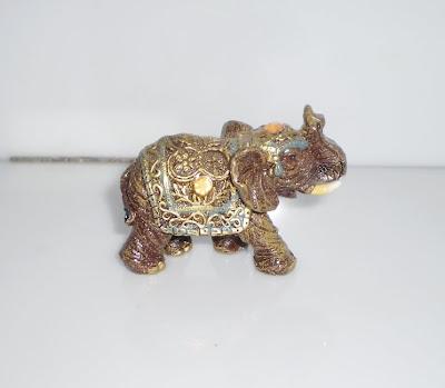 Hátán festett elefánt