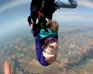 viejita se le corre el paracaídas y cae con el instructor