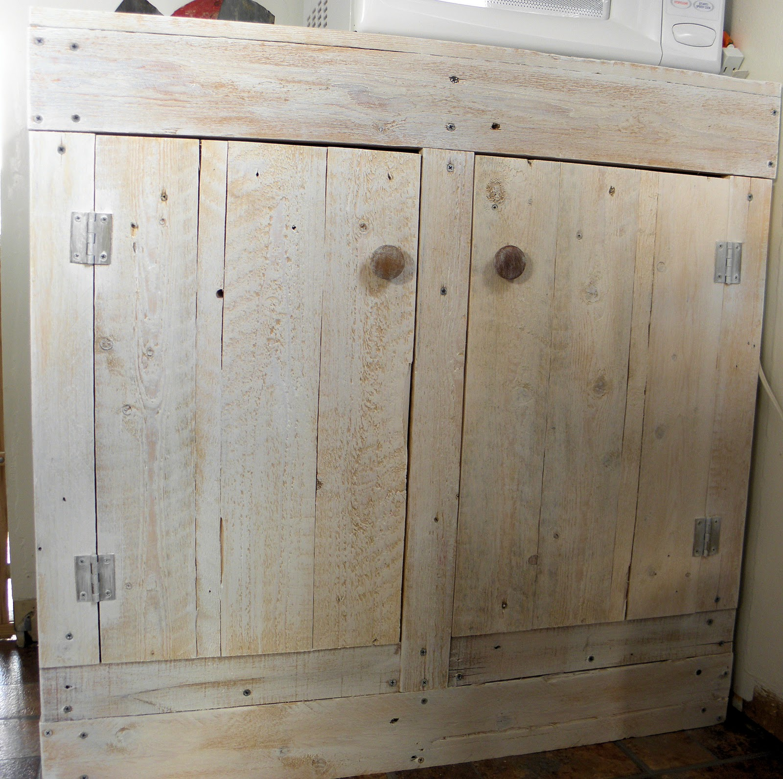 Shabby love pallet cabinet - Cupboards made from pallets ...