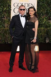 دانيال كريغ وراشيل وايز والتى زينت السجادة الحمراء بفستان أسود من الشيفون المرقط.