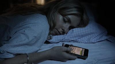 ¿Te ha pasado que le escribes a alguien cuando estas dormido o medio dormido y al otro día te arrepientes de lo que escribiste?. Hay algunos chicos que se han vuelto adictos a enviar mensajes de texto o interactuar a través de su celular que han comenzado a reportarse casos de chicos que envían mensajes de texto estando dormidos, como ser sonámbulo pero en este caso podría resultar más bochornoso. La profesora de enfermería en la Universidad de Villanova en Pensilvania, Elizabeth Dowdell, señaló que algunos chicos escuchan el celular sonar (una notificación) mientras duermen y de manera automática contestan