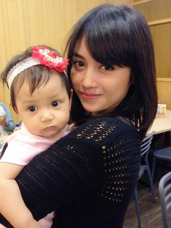 Foto Nabilah JKT48 Gendong Bayi Yang Imut