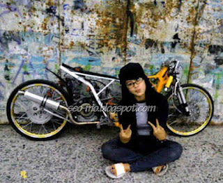 Photo Keren Sicantik Indri Barbie Selfie dengan Motor Drag