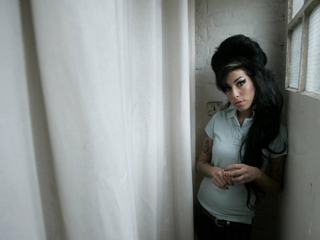 http://2.bp.blogspot.com/-lrv9CDrKrew/TxpiM4gJ85I/AAAAAAAAONI/5zyfoJtkRxk/s1600/Amy+Winehouse+%25287%2529.jpg
