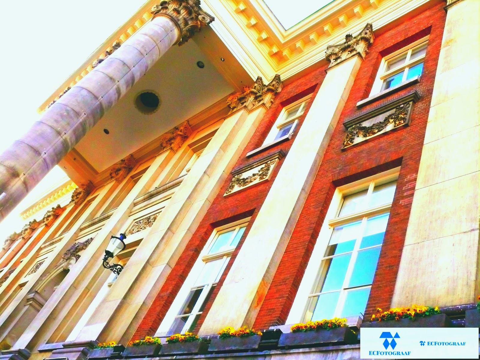 """<img src=""""14-12-2014 stadshuis trap9.jpg"""" alt=""""Afbeelding van het Stadshuis de voorgevel symbolisch omringt door feest vierders""""></a>"""
