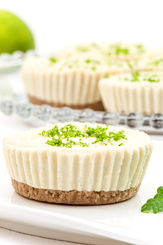 Mini raw lime tarts mini presne limetine tortice really close up