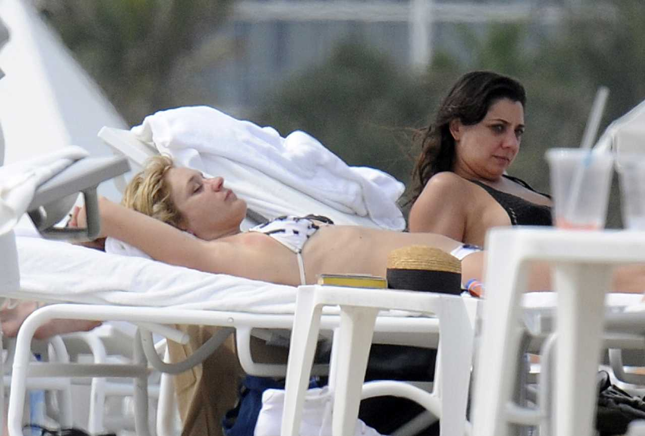 http://2.bp.blogspot.com/-lsRXedTejdI/T59bVzco-CI/AAAAAAABPXQ/422rUUZrWxs/s1600/Chloe+Sevigny+paraded+her+black+&+white+tie-dye+bikini+on+Miami+sun+lounger+19.jpg