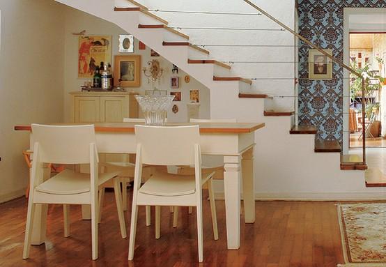 Sala Pequena Com Escada Em U ~ Nessa sala, a escada é mais alta e o espaço acomoda um móvel com