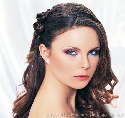 Кестенява коса на кичури сватбена прическа на една страна