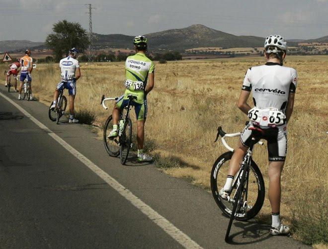 Ventajas de ser mujer vs ventajas de ser hombre - Página 5 Ciclistas_meando
